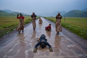 Devout-pilgrims-Tibet-001